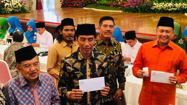 Presiden Joko Widodo (Jokowi) dan Wakil Presiden Jusuf Kalla (JK) membayar zakat penghasilan sebesar Rp 50 juta melalui Badan Amil Zakat Nasional (BAZNAS) di Istana Negara, Jakarta, Senin (28/5/2018).