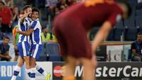 Pemain FC Porto, Miguel Layun (kiri) bergembira bersama rekannya usai mencetak gol ke gawang AS Roma, pada Leg 2 Babak Play-off Liga Champions 2016-2017, di Stadion Olimpico, Roma, Rabu (24/8/2016) dini hari WIB. Porto menang dengan skor 3-0, sekaligus lo