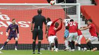 Gelandang Manchester United, Paul Pogba, melakukan handball di kotak penalti pada laga melawan West Ham United di Old Trafford, Kamis (23/7/2020). (AFP/Martin Ricket/Pool/ AFP)