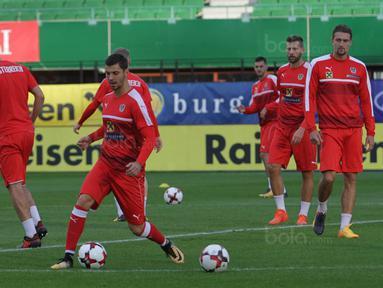 Bek Austria, Aleksandar Dragovic. mengontrol bola saat latihan di Stadion Ernst Happel, Wina, Kamis (5/10/2017). Austria akan menghadapi Serbia pada laga kualifikasi Piala Dunia 2018. (Bola.com/Reza Khomaini)