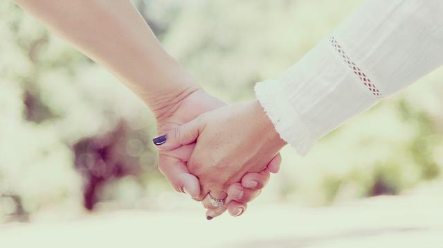 Ilustrasi berpegangan tangan. (Creative Commons/Pixabay)