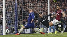 Gelandang Chelsea, Ross Barkley, melepaskan tendangan ke gawang West Ham United pada laga Premier League 2019 di Stadion Stamford Bridge, Selasa (9/4). Chelsea menang 2-0 atas West Ham United. (AP/Alastair Grant)