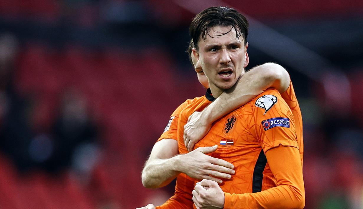 Striker Belanda, Steven Berghuis melakukan selebrasi usai mencetak gol pertama Belanda ke gawang Latvia dalam laga Kualifikasi Piala Dunia 2022 Zona Eropa Grup G di Johan Cruijff Arena, Amsterdam, Sabtu (27/3/2021). Belanda menang 2-0 atas Latvia. (AFP/Maurice van Steen/ANP)