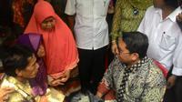 Wakil Ketua DPR Fadli Zon mendatangi rumah Muhammad Arsyad, pria yang dituduh menghina Presiden Jokowi lewat Facebook (FB). (Ahmand Romadoni/Liputan6.com)