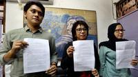 Suciwati menunjukan siaran pers Ultimatum Suciwati untuk Presiden di Jakarta, Rabu (19/10). Dalam keterangannya Kontras meminta Presiden RI Jokowi menindaklanjuti hilangnya laporan TPF kasus pembunuhan Munir di Kemensetneg. (Liputan6.com/Johan Tallo)