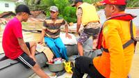 Evakuasi korban banjir di Konawe, menggunakan perahu karet, Minggu (16/6/2019).(Liputan6.com/Ahmad Akbar Fua)