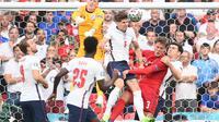 Penjaga gawang Inggris Jordan Pickford (kiri atas) bangkit untuk meninju bola selama pertandingan sepak bola semifinal UEFA EURO 2020 antara Inggris dan Denmark di Stadion Wembley di London pada 7 Juli 2021.