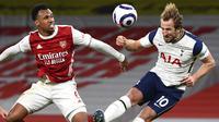 Pemain Arsenal, Gabriel, duel udara dengan striker Tottenham Hotspur, Harry Kane, pada laga Liga Inggris di Stadion Emirates, Minggu (14/3/2021). Arsenal menang dengan skor 2-1. (Dan Mullan/Pool via AP)