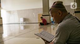 Jemaah membaca Al-Quran di Masjid At- Taqwa, Jakarta, Rabu (14/4/2021). Bulan Ramadhan umat muslim banyak menghabiskan waktu untuk tadarus Al Quran baik siang hari dan malam hari. (Liputan6.com/Faizal Fanani)