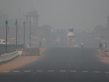 Rashtrapati Bhavan, kediaman resmi presiden India, dan bangunan pemerintah lainnya diselimuti kabut asap pekat di New Delhi, Selasa (12/11/2019). Kabut asap kembali menyelimuti ibu kota India setelah akhir pekan dengan udara cerah dan cuaca yang lebih baik. (Photo by Money SHARMA / AFP)