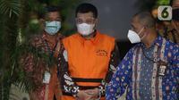 Bupati Bandung Barat Aa Umbara Sutisna (tengah) usai rilis penahanan di Gedung KPK, Jakarta, Jumat (9/4/2021). KPK menahan Aa Umbara dan anaknya Andri Wibawa terkait dugaan korupsi pengadaan barang tanggap darurat pandemi COVID-19 pada Pemkab Bandung Barat 2020. (Liputan6.com/Helmi Fithriansyah)