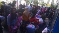 Calon pemudik menunggu di Stasiun Senen, Jakarta, Jumat (8/6). Pada H-7 lebaran, jumlah penumpang masih di bawah jumlah penumpang kereta api tahun lalu untuk periode yang sama. (Merdeka.com/Imam Buhori)