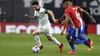 Bintang Argentina Lionel Messi mencoba melewati dua pemain Paraguay dalam lanjutan kualifikasi Piala Dunia 2022 di Estadio Alberto Jose Armando, Jumat (13/11/2020). (Marcelo Endelli, Pool via AP)