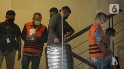 Mantan Sekretaris MA Nurhadi (kedua kiri) dan menantunya Rezky Hebriyono (kedua kanan) memakai rompi tahanan usai ditangkap KPK di Gedung KPK, Jakarta, Selasa (2/6/2020). Nurhadi beserta menantunya menjadi DPO sejak pertengahan Februari 2020. (merdeka.com/Dwi Narwoko)