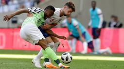 Pemain Nigeria John Obi Mikel (kiri) berebut bola dengan Gary Cahill dalam laga uji coba Piala Dunia 2018 di Stadion Wembley, London, Inggris, Sabtu (2/6). Inggris berhasil menekuk Nigeria dengan skor 2-1.  (AP Photo/Matt Dunham)