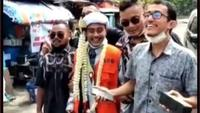 Pria Menikah Pakai Rompi Tahanan, Tulisan di Belakang Baju Bikin Salfok. foto: TikTok @calonimam_mu01
