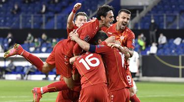Para pemain Makedonia Utara merayakan gol pertama ke gawang Jerman yang dicetak striker Goran Pandev dalam laga lanjutan Kualifikasi Piala Dunia 2022 Zona Eropa Grup J di Duisburg, Jerman, Rabu (31/3/2021). Makedonia Utara mengalahkan Jerman 2-1. (AP/Martin Meissner)