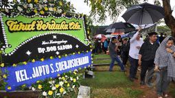 Karangan bunga turut berduka cita terpampang di TPU Jeruk Purut, Jakarta. Tempat Bob Sadino akan dikebumikan, Selasa (20/1/2015). (Liputan6.com/Miftahul Hayat)