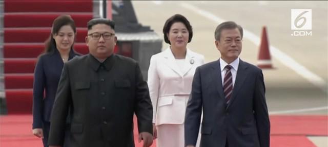 Moon Jae-in melakukan kunjungan ke Pyongyang, Korea Utara. Moon disambut ratusan warga Korea Utara yang memegang bunga dan bendera persatuan Korea.
