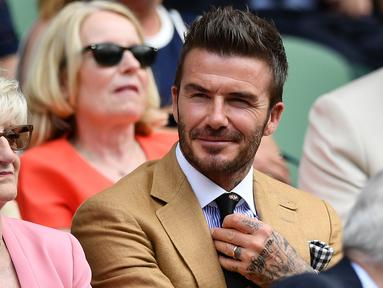 Mantan pesepak bola Inggris, David Beckham bersama ibunya, Sandra Georgina West menyaksikan babak semifinal Grand Slam Wimbledon di All England Lawn Tennis Club, Kamis (11/7/2019). David Beckham menonton aksi petenis Rumania Simona Halep di area Royal Box (tribun kerajaan). (Daniel LEAL-OLIVAS/AFP)