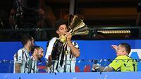 Cristiano Ronaldo mencium trofi Liga Italia di podium (AFP)