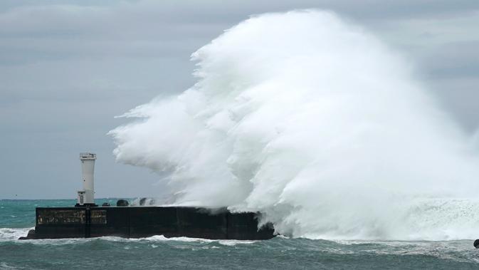 Ombak menghantam pemecah gelombang di sebuah pelabuhan di Kota Kiho, Prefektur Mie, Jepang, Jumat (11/10/2019). Badan Meteorologi Jepang (JMA) memprediksi Topan Hagibis akan menerjang kawasan Jepang pada akhir pekan ini. (AP Photo/Toru Hanai)