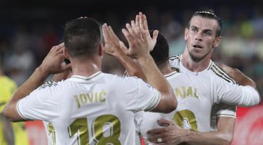Penyerang Real Madrid, Gareth Bale berselebrasi usai mencetak gol ke gawang Villareal pada pertandingan La Liga Spanyol di stadion Ceramica (1/9/2019). Bale mencetak dua gol dan menyelamatkan Madrid dari kekalahan. (AP Photo/Alberto Saiz)