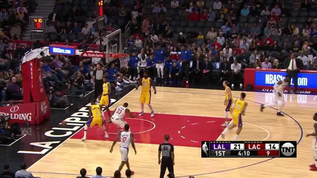 Los Angeles Lakers meraih kemenangan atas Los Angeles Clippers dengan skor 111-104.