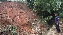 Warga mengamati longsor yang terjadi di kawasan Ciganjur, Jakarta Selatan, Senin (13/11).  Longsor diduga akibat penumpukan material pembangunan serta hujan deras yang mengguyur Jakarta. (Liputan6.com/Immanuel Antonius)