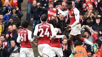 Striker Arsenal Danny Welbeck (kanan) merayakan gol ke gawang Southampton pada laga di Emirates Stadium, Minggu (8/4/2018). (AFP/Glyn Kirk)