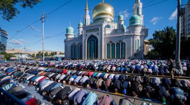 Sejumlah muslim Rusia melaksanakan salat Idul Fitri di luar masjid di pusat kota Moskow, Selasa (5/7). Perayaan Idul Fitri 1437 H di Rusia jatuh pada hari ini. (Alexander UTKIN/AFP)
