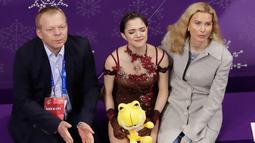 Atlet skating asal Rusia, Evgenia Medvedeva menangis di Olimpiade Musim Dingin 2018 Korea Selatan, Jumat, (23/2). Medvedeva meraih perak dengan skor 238,26 sedangkan rekan senegaranya Alina Zagitova meraih emas dengan skor 239.57. (AP Photo/Morry Gash)