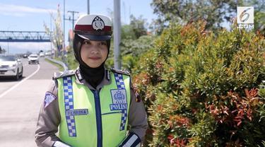Anggota Polres Brebes menyebarkan informasi lalu lintas di kawasan pintu Tol Brebes Timur melalui media sosial.