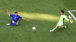 Italia baru bisa membuat peluang berbahaya di penghujung babak pertama. Federico Chiesa mampu lolos dari jebakan offside dan berhadapan satu lawan satu dengan kiper Belgia, Thibaut Courtois. Namun, bola tembakannya masih mampu dibelokkan keluar lapangan. (AFP/Pool/Massimo Rana)