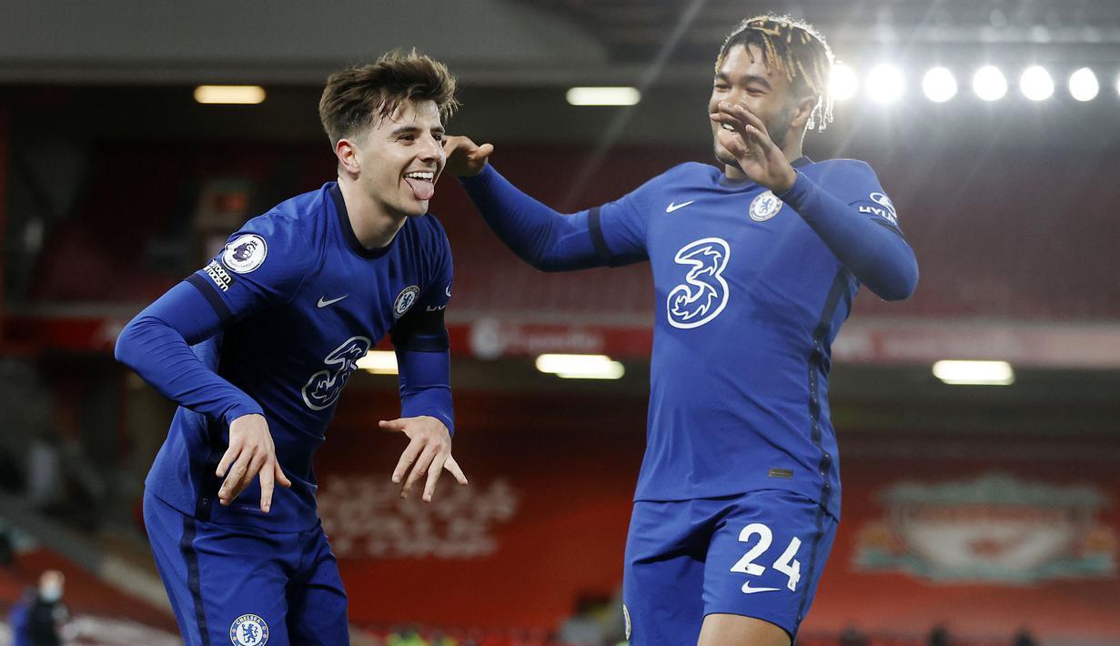 Pemain Chelsea, Mason Mount, melakukan selebrasi bersama Reece James usai mencetak gol ke gawang Liverpool pada laga Liga Inggris di Stadion Anfield, Kamis (4/3/2021). Chelsea menang dengan skor 1-0. (Phil Noble, Pool via AP)