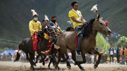 Para peserta bersaing dalam pacuan kuda di Lhasa, Daerah Otonom Tibet, China barat daya, 8 Agustus 2020. (Xinhua/Purbu Zhaxi)