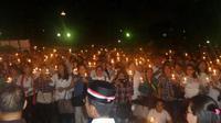 Ribuan pendukung Basuki Tjahaja Purnama atau Ahok dan Djarot Saiful Hidayat menggelar aksi menyalakan lilin dan doa bersama jelang sidang vonis Ahok. (Liputan6.com/Delvira Chaerani Hutabarat)