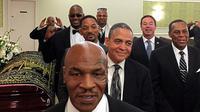 Bersama dengan pengantar jenazah lain dari berbagai kalangan, Tyson dan Lewis sempat berfoto narsis di samping peti mati Muhammad Ali.