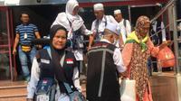 Petugas haji sedang membantu jemaah haji Indonesia. (www.kemenag.go.id)