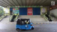 Bajaj melintas di depan Gedung Blok B Pasar Tanah Abang, Jakarta, Minggu (17/6). Dalam rangka menyambut Hari Raya Idul Fitri 1439 H, Pasar Tanah Abang tutup selama 10 hari. (Liputan6.com/Arya Manggala)