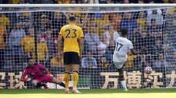 Ivan Toney. Striker Brentford asal Inggris ini berperan besar saat timnya mengalahkan tuan rumah Wolverhampton Wanderers 2-0. Gol pertama Brentford lahir dari kakinya lewat eksekusi penalti, sementara gol kedua yang dicetak Bryan Mbeumo lahir berkat torehan assist-nya. (PA via AP/David Davies)
