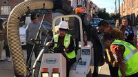 Wali Kota Surabaya, Tri Rismaharini menjajal mobil pembersih jalan di Philadelphia, Amerika Serikat. (Foto: Pemkot Surabaya/Liputan6.com/Dian Kurniawan)