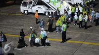 Ratusan jamaah Haji Indonesia embarkasi DKI Jakarta saat tiba di Bandara Halim Perdanakusuma Jakarta, Selasa (29/9/2015). Sebanyak 440 jamaah dengan tiba sekitar pukul 18.30 WIB. (Liputan6.com/Helmi Fithriansyah)