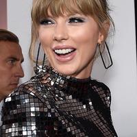 Penyanyi Taylor Swift menghadiri ajang American Music Awards 2018 di Microsoft Theater, Los Angeles, Selasa (9/10). Taylor Swift menata rambutnya dengan up-do simple yang memperlihatkan anting dari Ofira Jewels. (Kevork Djansezian/Getty Images/AFP)
