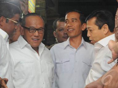 Capres PDIP Joko Widodo bertemu Aburizal Bakrie di Pasar Gembrong, Jakarta Pusat, Selasa (14/5/2014) (Liputan6.com/Herman Zakharia)
