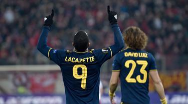 Striker Arsenal, Alexandre Lacazette merayakan gol yang dicetaknya ke gawang Olympiakos Piraeus pada leg pertama babak 32 besar Liga Europa di Georgios Karaiskakis Stadium, Kamis (20/2/2020). Lacazette membawa Arsenal meraih kemenangan atas tuan rumah Olympiacos 1-0. (Louisa GOULIAMAKI/AFP)
