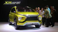 Wakil Presiden Jusuf Kalla melihat lebih dekat sosok Mitsubishi XM Concept diperkenalkan di GIIAS Agustus 2016.