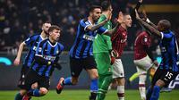 Matias Vecino cetak gol untuk Inter Milan saat melawan AC Milan (MARCO BERTORELLO / AFP)