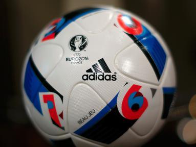 Bola resmi gelaran Piala Eropa 2016 di Prancis ditampilkan saat acara  rapat tahunan Adidas di kota Bavarian, Nuremberg , Jerman , 12 Mei 2016. Bola ini nantinya dipakai selama pertandingan piala Eropa berlangsung. (REUTERS / Michaela Rehle)