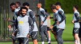 Gelandang Liverpool asal Mesir Mohamed Salah melakukan pemanasan selama sesi latihan di pusat pelatihan Axa di Kirkby, Liverpool, Inggris (27/9/2021). Liverpool akan bertanding melawan Porto pada grup B Liga Champions di Estadio do Dragao. (AFP/Paul Ellis)